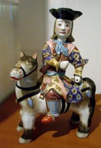 Ce cavalier européen, de la première moitié du 18e siècle, est une porcelaine made in China destinée à l'exportation vers l'Europe. Les ateliers chinois fabriquaient des millions de pièces, qu'ils vendaient aux marchands des compagnies des Indes venus d'Europe. Musée Guimet, Paris.
